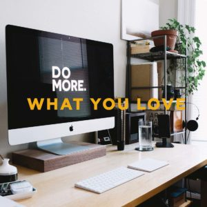 """Macbook mit Statement """"Do more. What you love."""""""