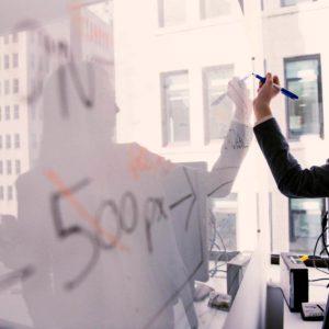 Mitarbeiter am Whiteboard