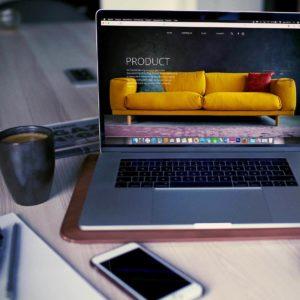 Laptop mit Website auf einem Schreibtisch