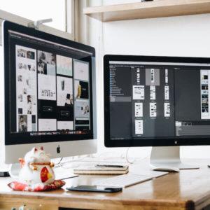 Zwei Bildschirme mit Screen-Designs